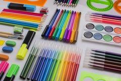 Heel wat kantoorbehoeften op de witte oppervlakte, diagonale rijen, achtergrond Stock Foto