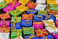 Heel wat Kerstmispakketten vlak op de vloer Stock Foto's