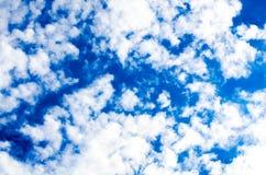 Heel wat kleine gescheurde wolken op een achtergrond van heldere blauwe hemel Royalty-vrije Stock Fotografie