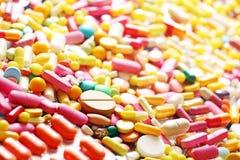 Heel wat kleurrijke geneeskundepillen Stock Fotografie