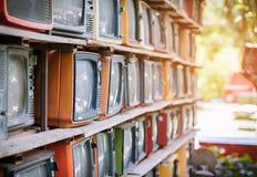 Heel wat kleurrijke oude televisie verfraait in de uitstekende toon van de koffiewinkel royalty-vrije stock fotografie