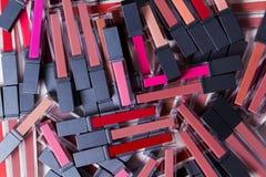 Heel wat lippenstiften van verschillende kleuren, sluiten omhoog, hoogste mening stock afbeeldingen