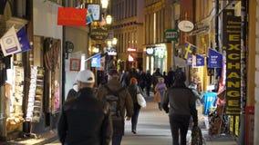 Heel wat mensen op de feestelijke straten van Stockholm De decoratie en de verlichting van de Kerstmisvakantie in de engte stock videobeelden