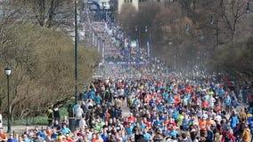 Heel wat mensen stellen een marathon in Oslo, Noorwegen in werking stock footage