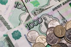 Heel wat Russisch geld bankbiljetten van duizend de metaalmuntstukken sluiten omhoog De bankbiljetten sluiten omhoog stock afbeeldingen