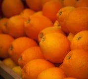 Heel wat sinaasappelen op de teller royalty-vrije stock fotografie