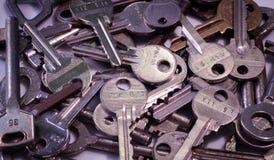 Heel wat sleutels verschillende grootte en kleuren op witte backgroun Stock Afbeeldingen