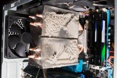 Heel wat stof binnen een personal computer stock afbeelding