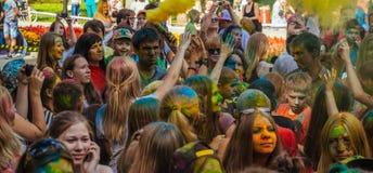 Heel wat tienerjaren bij holi fest Royalty-vrije Stock Fotografie