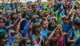 Heel wat tienerjaren bij holi fest Stock Foto