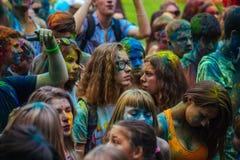 Heel wat tienerjaren bij holi fest Stock Fotografie
