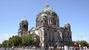 Heel wat toeristen die rond Berlin Dom lopen stock video