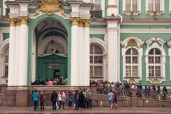 Heel wat toeristen voor het museum verbrijzeling stock foto