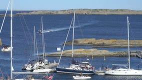 Heel wat varende boten in de Golf van Tjome op de zuidelijke kust van Noorwegen stock video