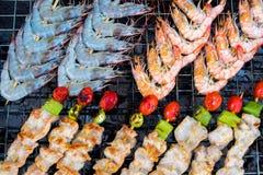Heel wat varkensvleesvlees en garnaal werden gemaakt tot barbecue op fornuis met CH Stock Foto