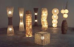 Heel wat verlicht staand lampen die van rotan, bamboe en droge waterhyacint maakten Stock Fotografie