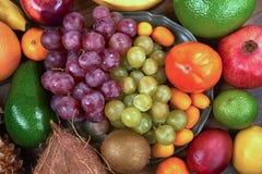 Heel wat verschillende vruchten op een metaal plateren hierboven en rond het, van stock foto