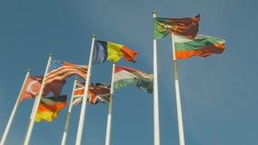 Heel wat vlaggen van verschillende landen, vlaggen klappen in de wind Langzame Motie stock video