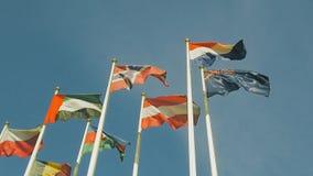 Heel wat vlaggen van verschillende landen, vlaggen klappen in de wind Langzame Motie stock footage