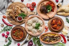 Heel wat voedsel op de houten lijst Georgische keuken Hoogste mening Vlak leg Khinkali en Georgische schotels stock afbeeldingen