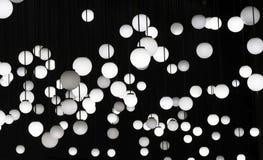 Heel wat witte ronde lampen op een zwarte achtergrond royalty-vrije stock afbeeldingen