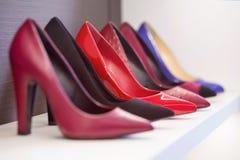 Heeled buty stoi na półce fotografia royalty free