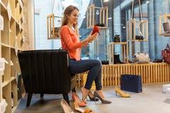 Heeled den försökande höjdpunkten för den unga kvinnan skor på lagret royaltyfri bild