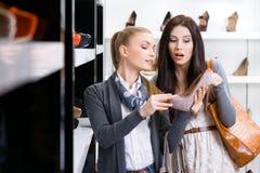 Heeled skor för affärsbiträde shower till kunden fotografering för bildbyråer