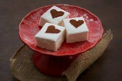 Heemst met Cacao Bestrooide Harten Rode Plaat Stock Foto's