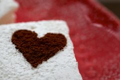 Heemst met de Cacao Bestrooide Close-up en de Ruimte van de Harten Rode Plaat Stock Fotografie