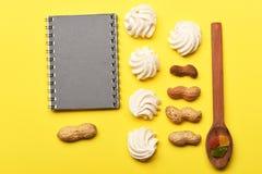 Heemst met pinda's en receptenboek royalty-vrije stock foto's