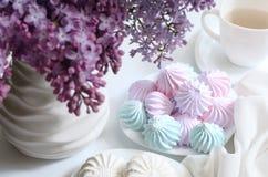 Heemst op een lijst met lilac bloemen Snoepjes in kitche Royalty-vrije Stock Afbeelding