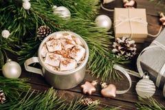 Heemstkoffie op de Kerstmisachtergrond Royalty-vrije Stock Foto's