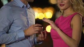 Heer die gevoelige vinger die van zijn geliefd met ring verfraaien, zijn liefde tonen stock footage