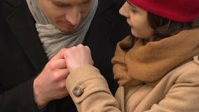 Heer het kussen damehand, die op datum openlucht, gelukkig paar flirten in liefde stock video