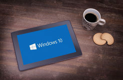 HEERENVEEN, PAÍSES BAIXOS, o 6 de junho de 2015: Tablet pc com Windows 10 imagens de stock