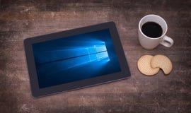HEERENVEEN, PAÍSES BAJOS, el 6 de junio de 2015: Tableta con Windows 10 imágenes de archivo libres de regalías