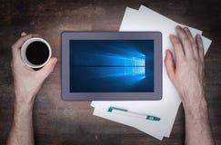 HEERENVEEN, PAESI BASSI, il 6 giugno 2015: Computer della compressa con Windows 10 Immagini Stock