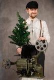 ? heerful projectionist z? hristmas drzewni w ich rękach zdjęcie royalty free
