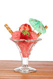 Heerlijk aardbeiroomijs met paraplu stock foto
