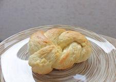 Heerlijk broodje op een plaat stock afbeeldingen
