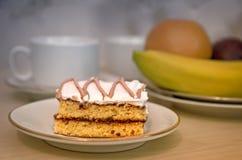 Heerlijk cake, thee en fruit stock afbeelding