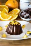 Heerlijk chocoladedessert met oranje plakken Stock Afbeeldingen