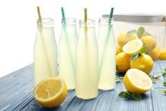 Heerlijk citroensap in flessen royalty-vrije stock foto's
