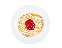 Heerlijk Deens gebakje op een plaat, op witte achtergrond Stock Fotografie