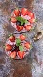 Heerlijk Dessert Gestremde melk met yoghurt, verse aardbeien en muntbladeren Verticaal schot stock fotografie