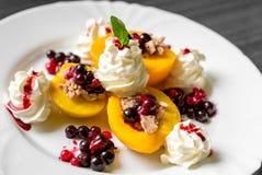 Heerlijk dessert met fruit royalty-vrije stock foto