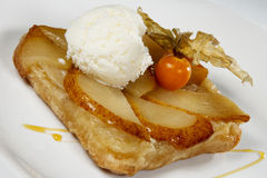 Heerlijk dessert met roomijs op een Lijst Stock Afbeelding
