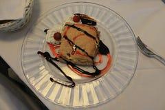 Heerlijk dessert van bladerdeeg op een witte plaat stock fotografie