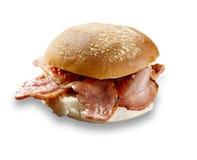 Heerlijk die baconbroodje op wit wordt geschoten stock foto